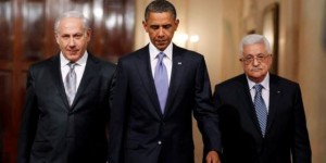 U.S. President Barack Obama walks down Cross Hall with Israeli Prime Minister Benjamin Netanyahu (L) and Palestinian President Mahmoud Abbas to make joint statements in the East Room of the White House in Washington September 1, 2010.   REUTERS/Jason Reed   (UNITED STATES - Tags: POLITICS) - RTR2HTHG